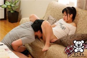 勃起をさせて笑みをうかべるローリータの栄川乃亜のAVのクンニ画像