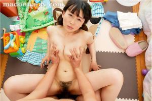母乳でまくりの羽月希の授乳VRAV動画の座位画像