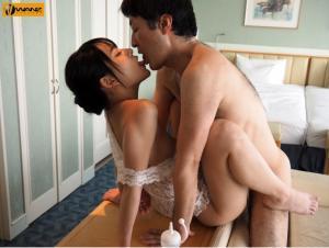 オヤジに中出しされるパイパン娘のあべみかこのAV動画のキス画像