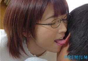 文系爆乳お姉さん松本菜奈実がささやき騎乗位でじっくりねっとり犯すAV動画の耳舐め画像