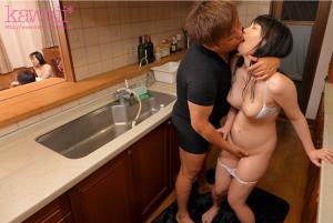 美乳の彼女鈴木心春が巨漢センパイに圧迫固定で寝取られ中出しされたAV動画のキス画像