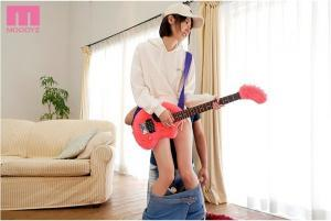 ギターを弾く岡本真憂