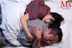 女子社員根尾あかりとまさかの相部屋逆NTR 彼女のもの凄い腰使いに何度も何度も中出しさせられてしまった中田一平のAV動画の添い寝画像