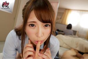 小悪魔制服女子の加藤ももかが出演するAV動画の指舐め画像