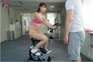 アクメバイクに乗る美谷朱里のAV動画の画像