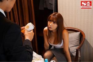 出張先の相部屋ホテルで絶倫部下と絶倫性交する三上悠亜のAV動画の画像