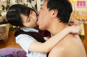 小野六花が快感ピクピク初体験するAV動画のキス画像
