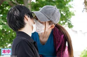 リモート調教で相互オナニーする美谷朱里のAV動画のマスクごしキス画像