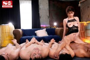 芸能人の七ツ森りりが人生初大乱交で巨根エンドレス無制限セックスをするAV動画の騎乗位画像