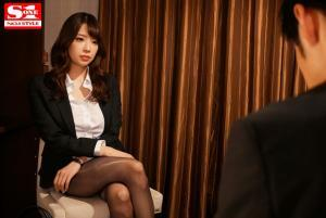 Jカップと噂の美人上司安齋ららと出張先ホテルがまさか相部屋になるAV動画の画像