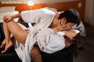 女上司向井藍と相部屋宿泊するAV動画のキス画像