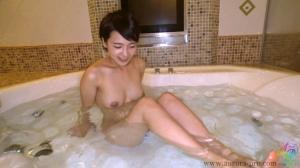 ドMでなんでもヤラセテくれるビッチちゃん向井藍のAV動画の入浴画像