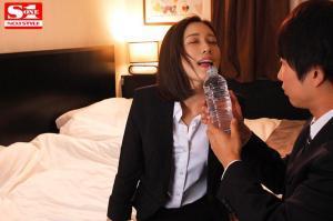 美人上司小島みなみと出張先で相部屋になるAV動画の画像